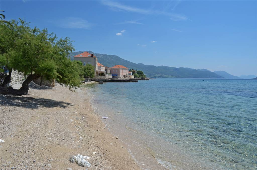 19-pebble-beach-with-shadow-in-orebic-peljesac
